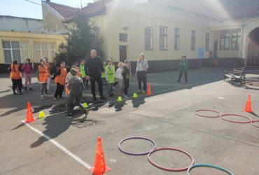 Activităţi diverse sportiv recreative, jocuri de mişcare şi demonstraţie de ju-jitsu/ autoapărare pentru copiii de la Şcoala gimnazială Mihai Eminescu Arad, organizate de studenţii facultăţii de Educaţie Fizică şi Sport din cadrul U.A.V. Arad, în cadrul p